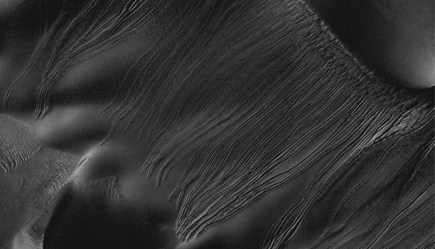 Origin of strange ravines in dunes on Mars